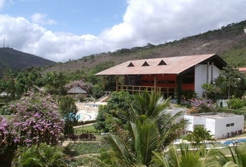 Um hotel mais que completo! 2 diárias para casal e 2 crianças + café + Jantar + Acesso ao Parque Aquático + Sessão de cinema por R$349,90 no Ytacaranha Hotel de Serra