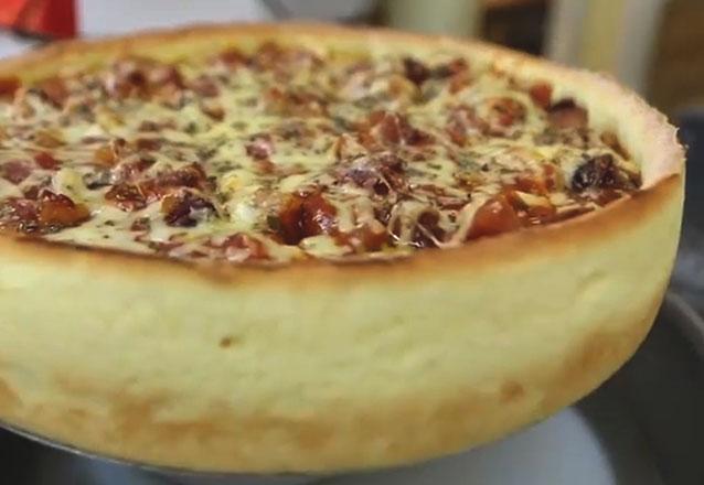 Super promoção de lançamento na Empório das Comadres! Deliciosa Pizza Chicago (massa crocante, borda alta, recheio em abundância) por apenas R$59,90. CUPONS LIMITADOS!