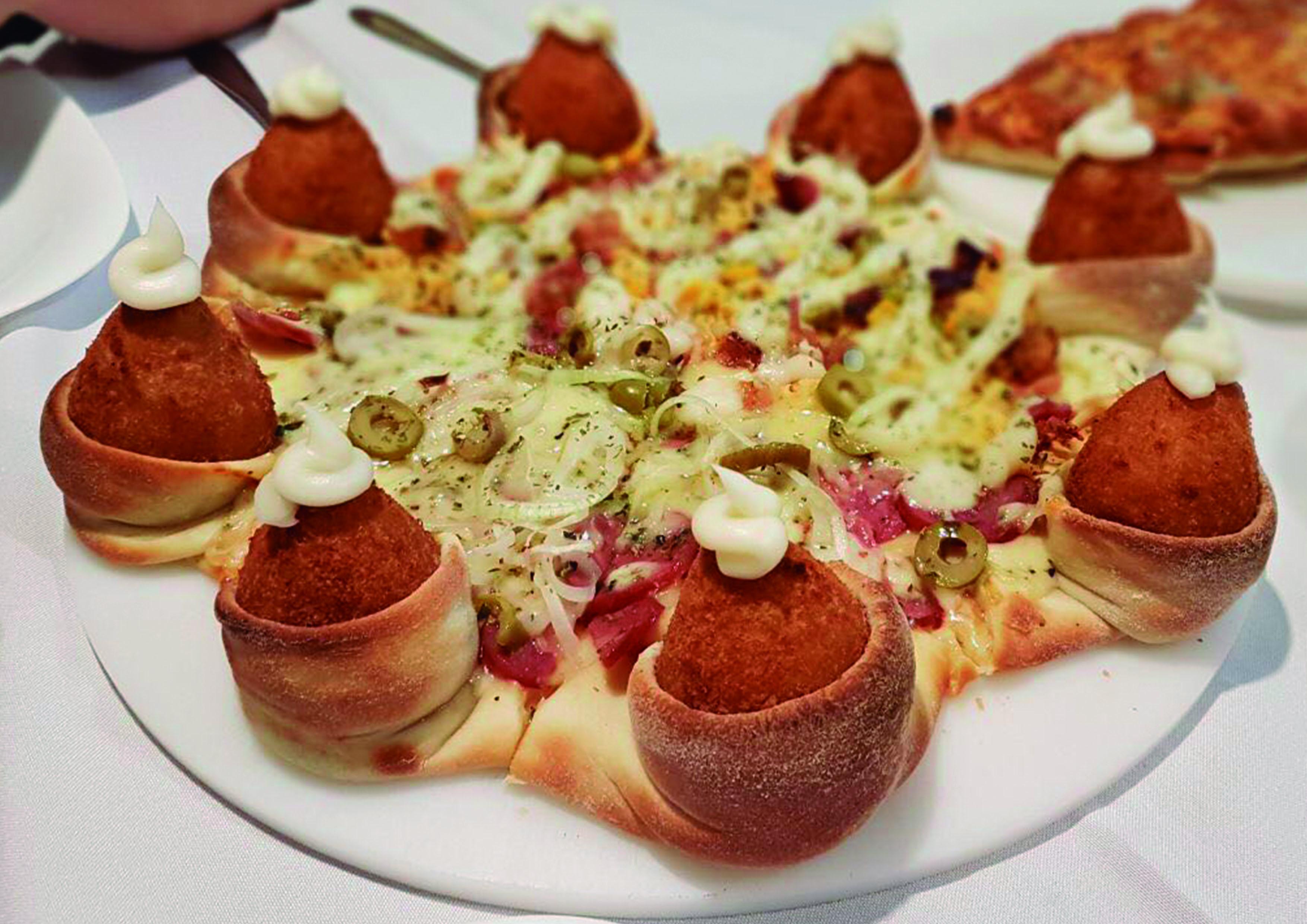 A famosa pizza de coxinhas do Empório das Comadres! Pizza Coxa: Pizza G deliciosa com massa fina, bordas de coxinha por R$29,90