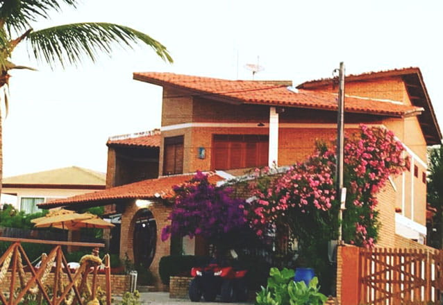 1 diária em suíte (S1: Violeta / S2  Lírio / S4 Rosa / S5 Jasmim) para casal + café da manhã + 2 águas de coco de R$270 por R$190