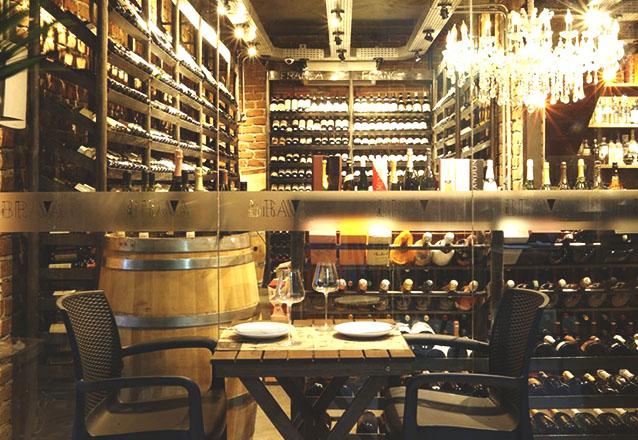 Entrada - Carpaccio + Prato - Polpetos ao molho funghi + Sobremesa - Petitt Gateau + 1 Garrafa de Vinho tinto Porca de Murça para 2 pessoas de R$198,70 por R$129,90