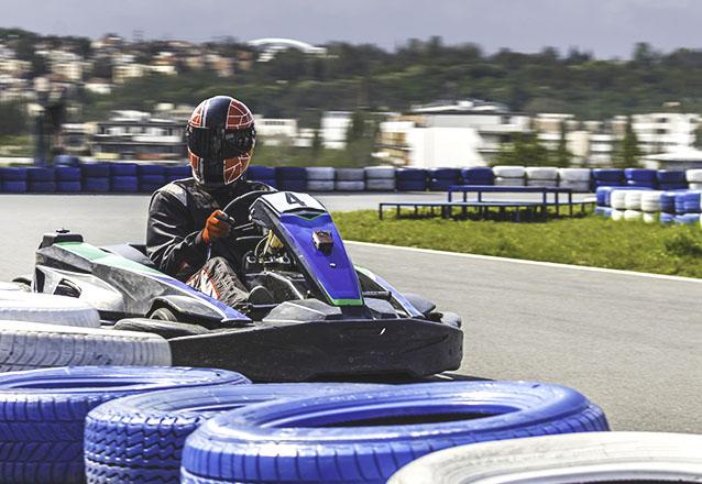 Mais de 300m por volta e muita adrenalina! 20 minutos de adrenalina com o Guararapes Kart Indoor para 1 pessoa por apenas R$39,90