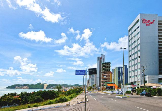 O hotel completo e bem localizado! 2 diárias para 2 pessoas com café da manhã de R$598 por apenas R$324 no Red Roof Inn Natal