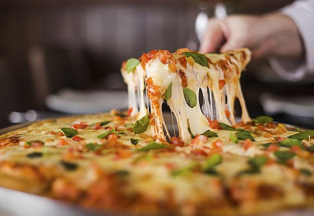 Pizza Tradicional 8 fatias (Mussarela, Marguerita, Mista e calabresa) + 2 Ingressos espaço kids de R$78 por R$49,90