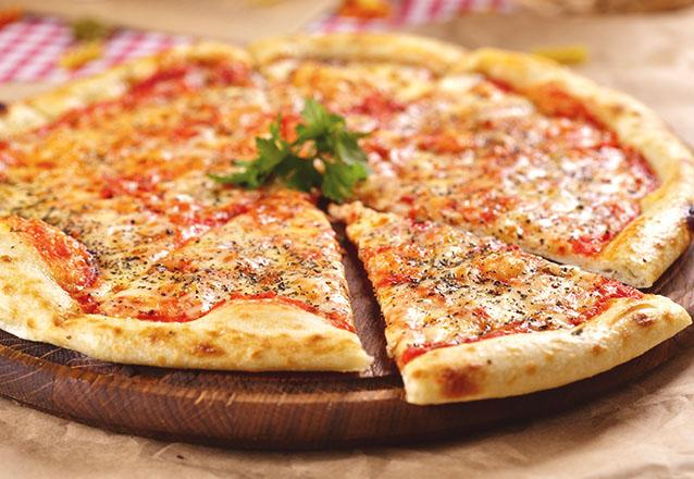 A pizza da Brothers Pizzaria combina com todos os momentos! 1 Pizza Artesanal Especial de forno a lenha de R$45 por apenas R$29,90