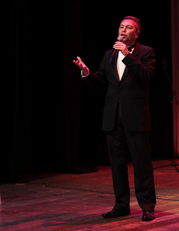 """Um dos grandes ícones da música internacional: Frank Sinatra! Ingresso Inteira para o documentário musical """"Blue Eyes"""" no Teatro Ibeu por R$50"""