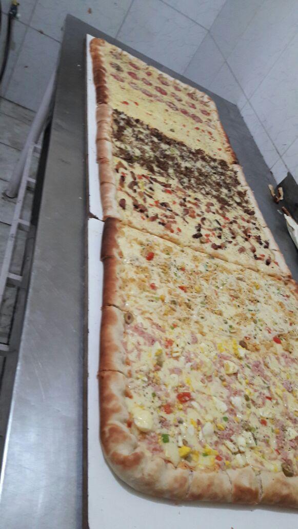 Do tamanho da sua vontade de pizza! Pizza de 1m com borda recheada, podendo escolher em até 4 sabores diferentes para até 20 pessoas por R$87 na Vício de Pizza