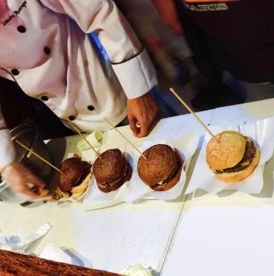 Suas ofertas preferidas pelo melhor preço no nosso aniversário de 7 anos! Hambúrguer Artesanal Meet and Cheese por apenas R$10,90 na Hamburgueria 88 - Unidade Parangaba