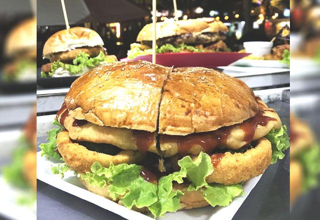 Para compartilhar com os amigos! Big Sanduba (1,2 kg), serve ate 4 pessoas + molhos especiais por apenas R$32,90 no Tudo Frito