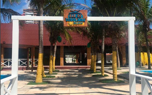O melhor da Praia do Futuro! Prato Principal (Camarão, Tilápia Frita ou Misto Familiar) para 4 pessoas + 2 Caipiroscas + 2 Pulseiras de acesso às piscinas por R$66,90