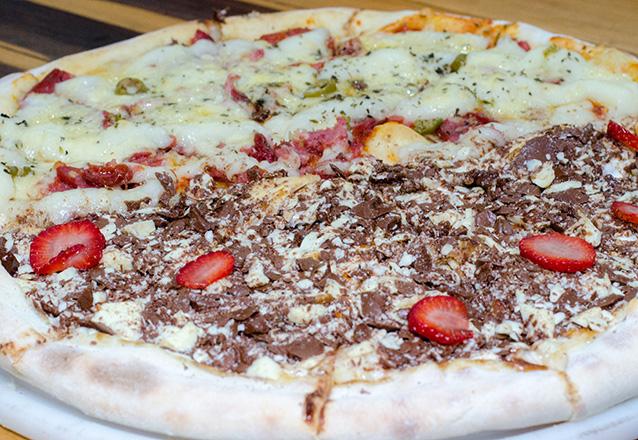 Duas pizzas para você! Pizza Grande 8 fatias com borda recheada (Cheddar ou Requeijão) + Pizza Broto de Chocolate (4 fatias) de R$40 por R$22,90 na Mano's Pizza. Válido para Delivery!