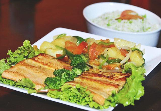 Frango do Villa para 1 pessoa: 200g de frango grelhado, bacon, champignon, queijo, servido com arroz branco e batata frita de R$20 por R$15,90