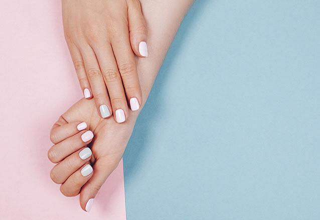 Alongamento em Gel: alonga e modela as unhas da mão com um produto tipo em gel + Cutilagem + Esmaltação de R$110 por R$59,90