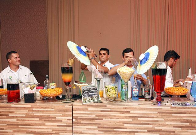 Os melhores drinks para sua festa! Mesa com 200 drinks completa e decorada para festas em geral por R$699 com a Inove Coquetéis. Válido para formaturas!