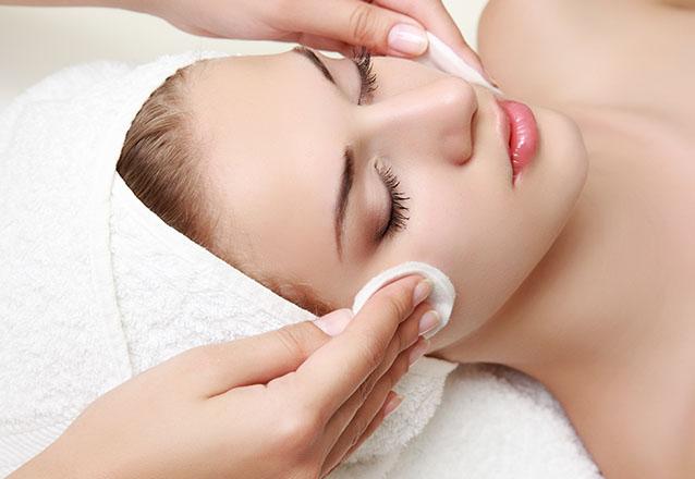 Cuidados selecionados para sua pele! Limpeza de Pele profunda + Peeling de diamante + Máscara oclusiva e clareadora Adcos por R$129,90
