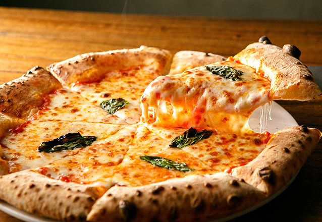 Perfeito para toda a família! Pizza Grande 8 pedaços + 4 Mini Burgers + Refrigerante por R$59,90 no Restaurante Marabela