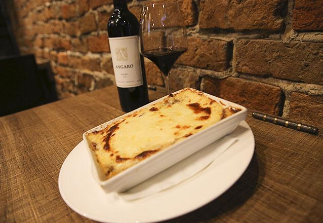 Jantar especial! Bruschetta Italiana + Escondidinho de Carne de Sol + Petit Gateau + Vinho Tinto Angaro Cabernet, Sauvignon ou Malbec para 2 pessoas por R$99,90