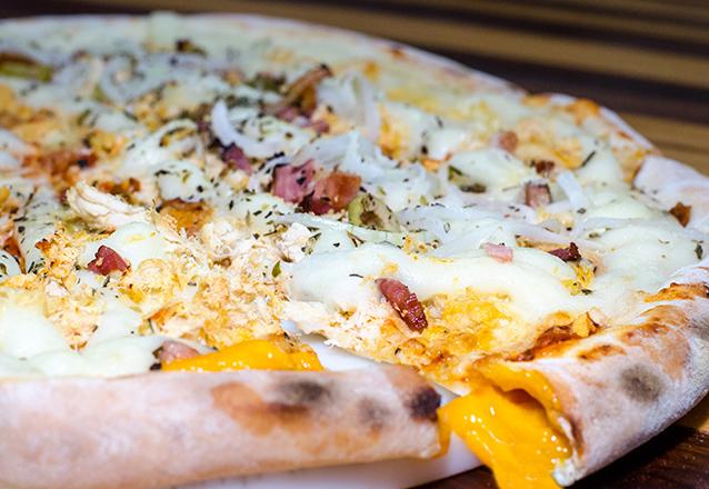 Vai uma pizza da Mano's Pizza hoje? 1 Pizza Grande com borda recheada (Cheddar ou Requeijão) por apenas R$20,90