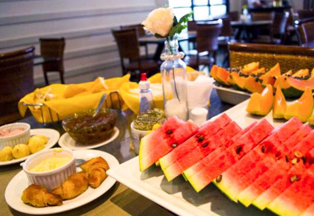 Você merece começar o dia com o café da manhã da Bonjour! Café da manhã completo (salada de frutas, frios, bebidas e pães) para 1 pessoa por R$19,90
