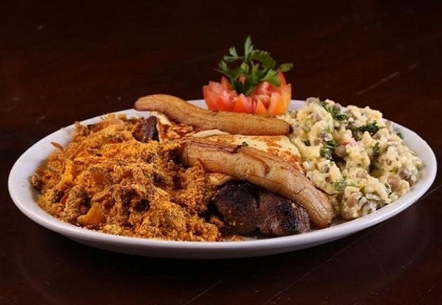 Peixe à Delícia: Filé de peixe grelhado no molho bechamel gratinado com queijo parmesão e banana. Acompanha de arroz branco e purê de batata para 2 pessoas por R$58,90