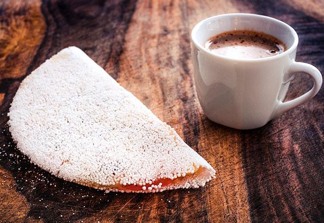 Aquele lanche maravilhoso! Tapioca com 2 tipos de recheio + Café com leite (200ml) ou Achocolatado quente ou frio (300ml) por R$7,99