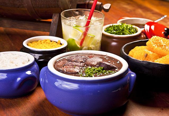 Sábado com a feijoada do Faustino! Costelinha de Porco com Torresmo + Feijoada para 2 pessoas + 2 Caipirinhas de limão por apenas R$59
