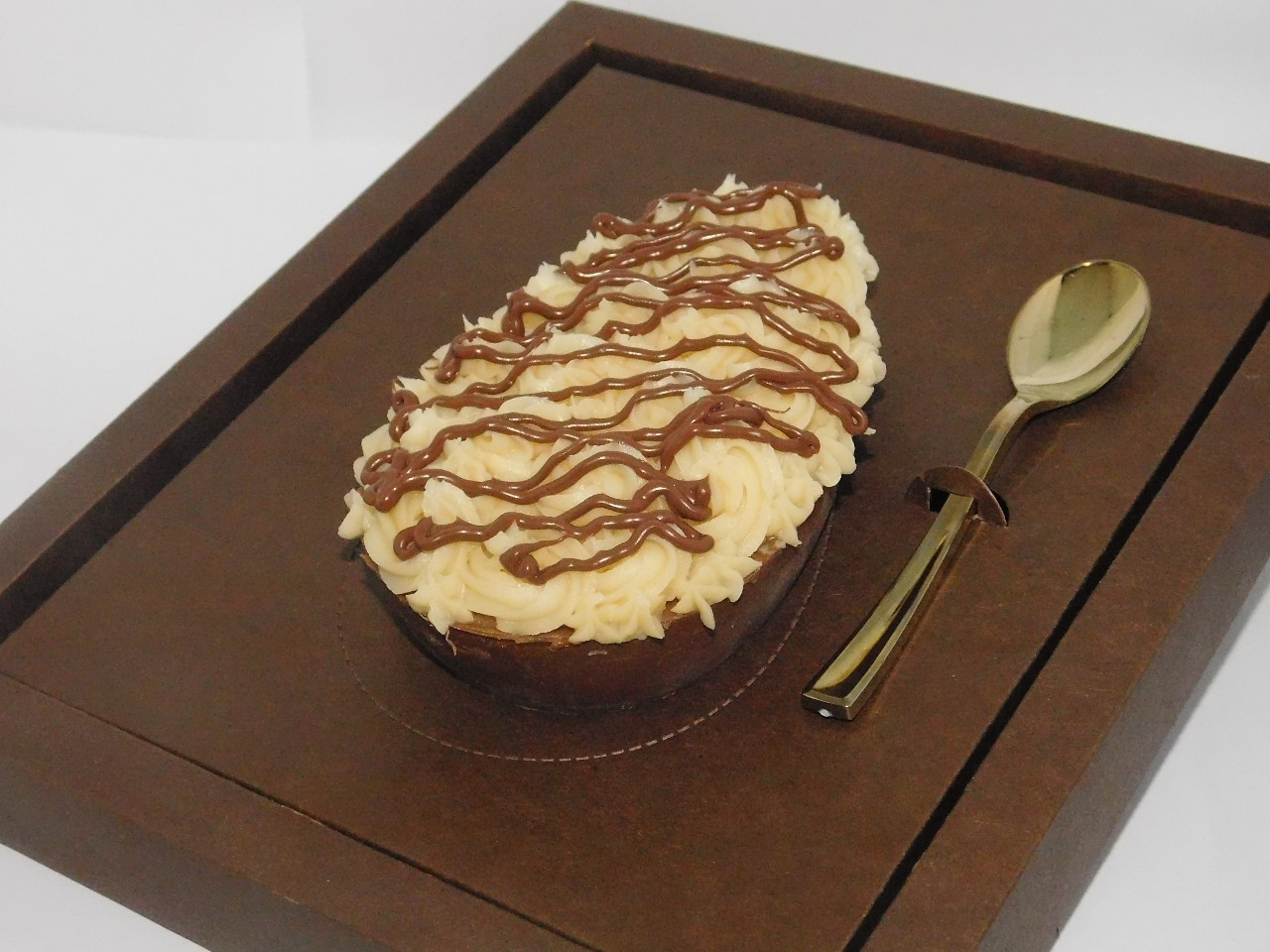 Ovo Tradicional (350g) com casquinha de chocolate recheada com bombons de chocolate de sabores variados de R$34,90 por R$26,90