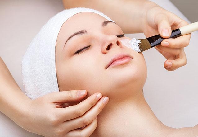 Para a beleza e a saúde do seu rosto! 1 Limpeza de pele + 1 Nutrição + Peeling de Diamante + 1 Radiofrequência por apenas R$99,90
