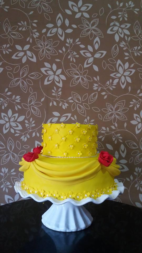 Bolo de 2 andares (decorado com pasta americana) para 30 pessoas + 200 Salgados + 100 Doces + 6 Mini Cupcakes + 20 Mini Trufas por R$199