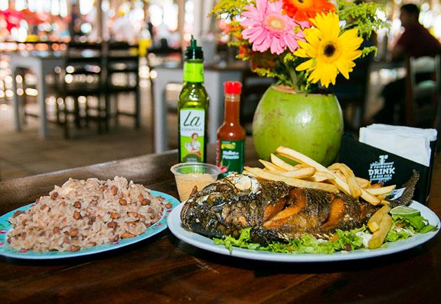 Tilápia Frita (1kg) com baião + farofa + verduras + 2 caipirinhas + 2 Entradas para piscina de R$95 por R$59