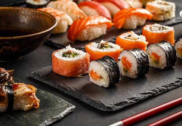 Combinado de Sushi 20 peças (Salmão, Kani, Skin, Camarão e Hot) por R$24,90