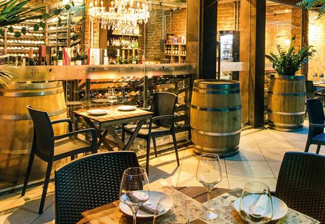 O jantar perfeito do Brava Wine! Bruschetta Italiana + Lasanha de Berinjela + Sorvete de creme com calda de chocolate + Vinho Tinto (Monastério de San Prudêncio) para 2 pessoas por R$139,90