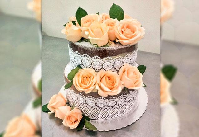 Bolo Naked Cake para 20 pessoas + 100 Docinhos + 20 Bem Casados no crepom e fitilho de R$180 por R$160