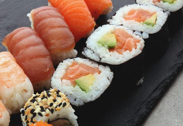 Combinado de 12 peças de salmão (4 hot philadelphia, 4 uramaki skyn e 4 hossomaki) + Refri de R$37,99 por R$29,99