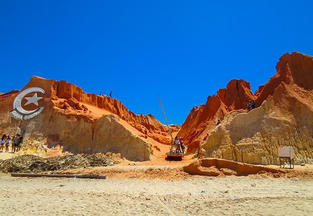 Você pode conhecer a praia que quiser! Passeio para 3 praias em 1 dia (Morro Branco, Praia das Fontes e Canoa Quebrada) + Passeio em Lagoinha para 1 pessoa por R$99,90