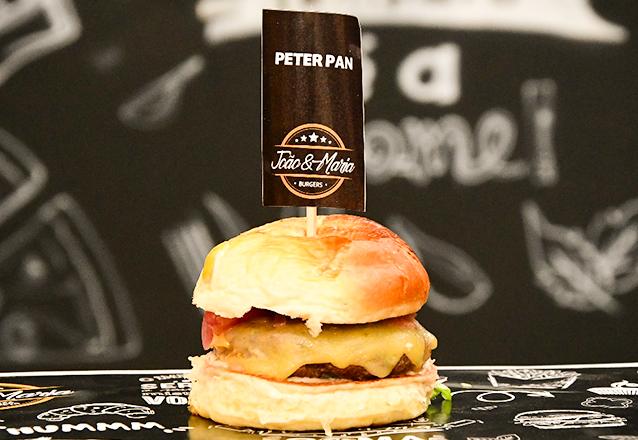 Que tal um burger suculento hoje? 01 Hambúrguer Peter Pan (burger de costela 160g) por apenas R$9,90 no João & Maria Burgers e Pizzas