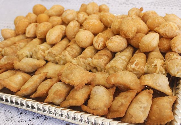 Toda festa tem que ter! 100 Salgadinhos variados (coxinha, bolinha, pastel, risole e canudinho) da Delícia Doces e Salgados por R$14,99