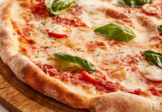 Ligue e peça sua pizza na Fábrica de Pizza! 15 opções de sabores de Pizza de R$32 por apenas R$21,99. Válido para Delivery!