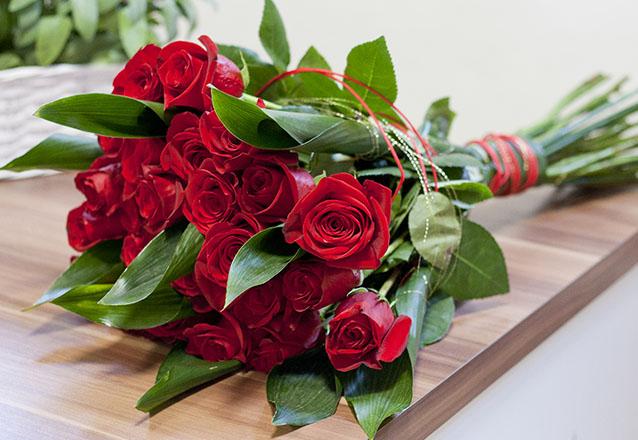 Arranjo na bolha d'água com 4 rosas de R$40 por R$19,90