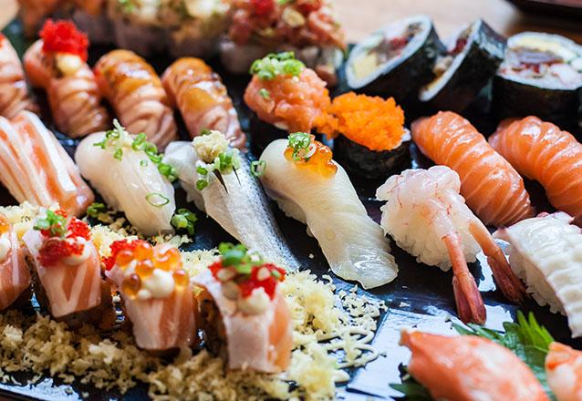 O melhor sushi! 20 Pecas de sushi + 1 Rolinho de carne com legumes ou queijo + Refrigerante ou Suco Lata por R$30,90 no Tomodachi