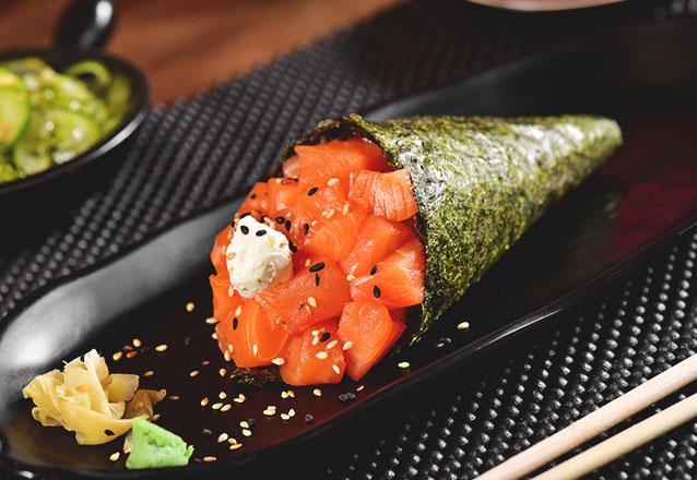 Temaki em dobro no Tomodachi Sushi! 2 Temakis Hots Filadélfia ou Ebi + 2 Refrigerantes por apenas R$24,90