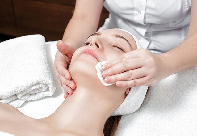 Limpeza de pele + Peeling Diamante + Máscara + Vitamina E e C + Massagem facial e muito mais por R$59,99 na Geyza Estética