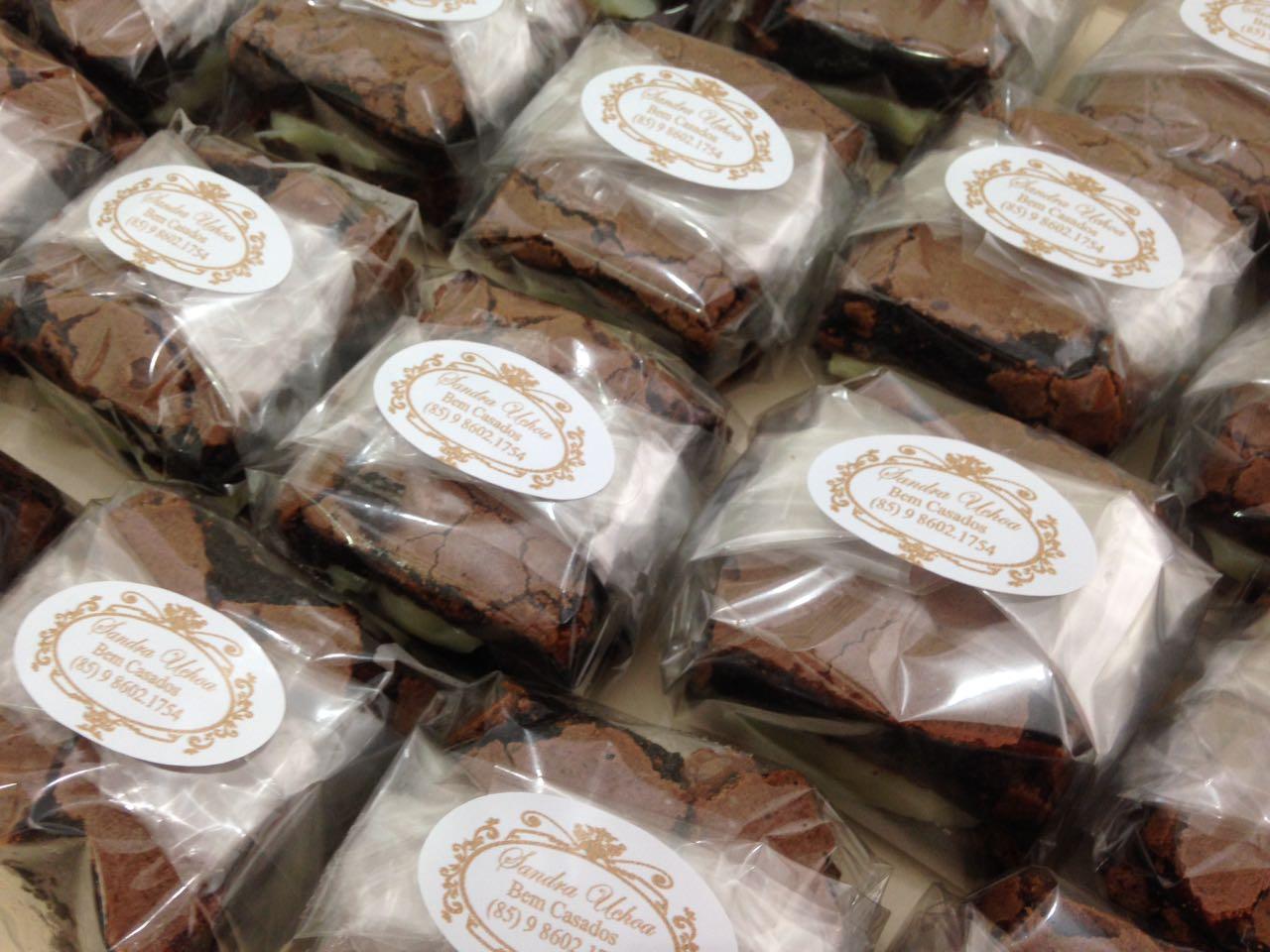 Bolo para 20 pessoas + 10 Cupcakes + 10 Brownies recheados no acetato e fita + 50 Docinhos de R$200 por R$167