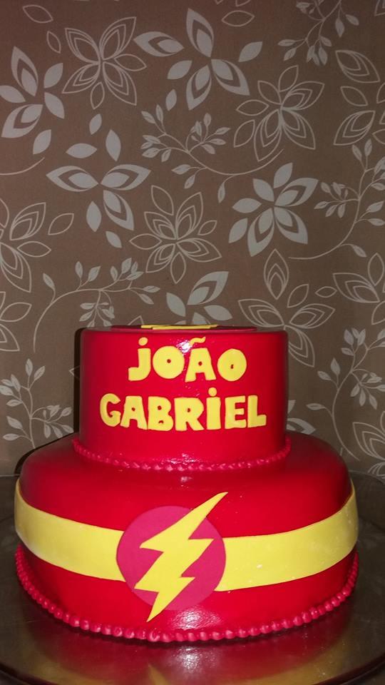 Bolo de 2 andares (decorado com Pasta Americana) para 30 pessoas + 6 Cupcakes Grandes recheados + 15 Pirulitos de Chocolate por R$149