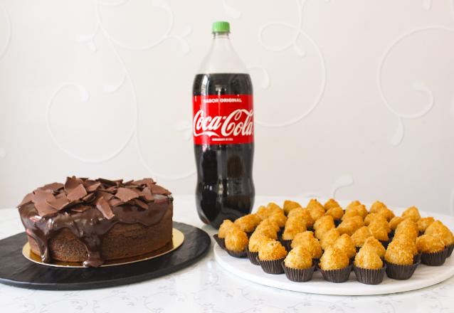 Kit perfeito de Aniversário da Sucré! Bolo Explosão de Chocolate + 50 Coxinhas Sucré + 1 Coca 2L de R$178 por apenas R$114. Eleita a melhor doceria de 2018/19 pela Veja Comer e Beber Fortaleza!