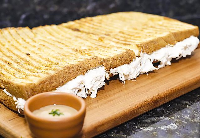 Big Toast (Filé de Frango ou Carne de Sol) de 20x15cm para 1 pessoa + Bebida por R$21,90