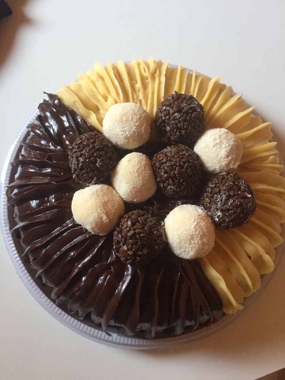 Naked Cake, Bolo de Chocolate ou Mesclado com Morangos e Brigadeiros para 15 pessoas de R$90 por R$65