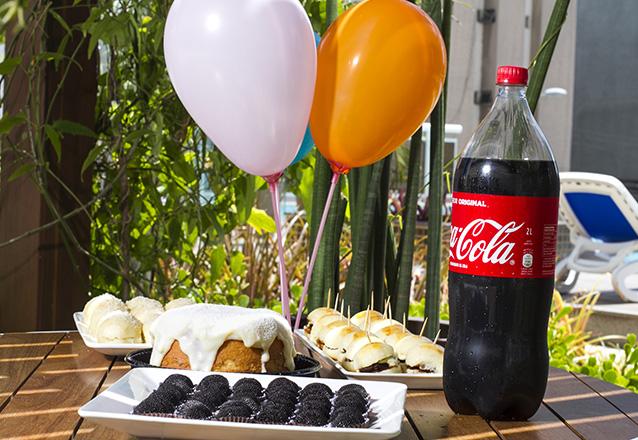 Kit Festa com Afogadinho de Leite Ninho ou Chocolate para até 7 pessoas + 20 Hamburguinhos + 20 Pães Delicia de queijo + 20 Docinhos + 1 Refri de R$149 por R$99.