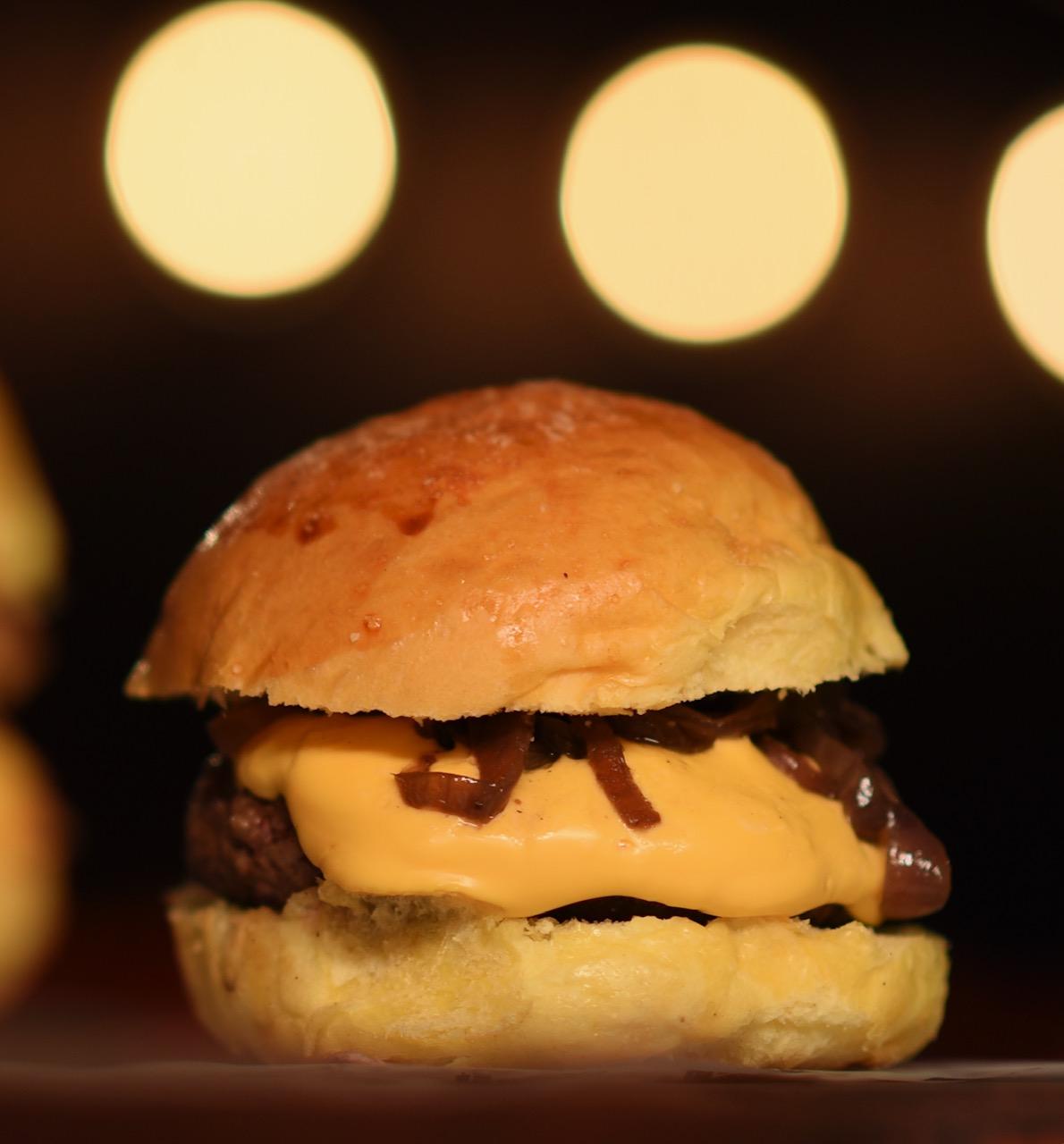 Exclusivo e pela primeira vez no Barato: Ordones Sandwish Shop, o melhor! 01 Crispy Burger, C&O Burger ou Club Sandwich de até R$23 por R$15,99. Válido para Varjota ou Parquelândia!