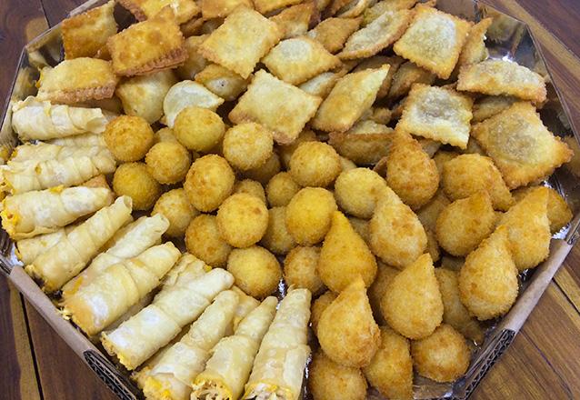 É de dar água na boca! 100 Salgados (14g) fritos com até 4 opções de salgado na Vó Filó Confeitaria por apenas R$18,90